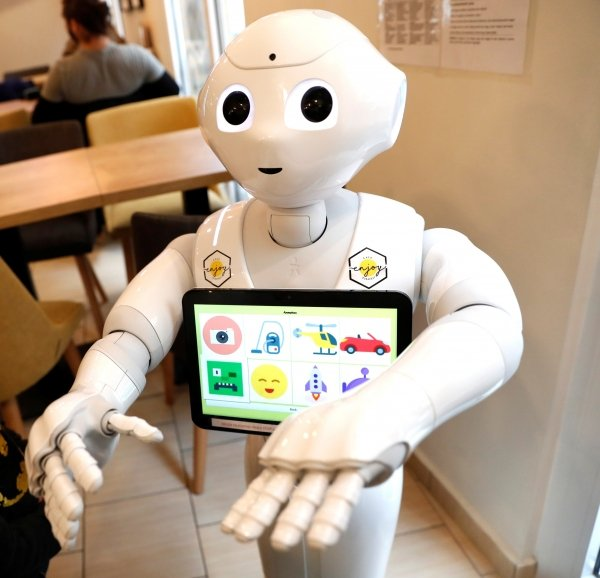 pepper-robot-assistant