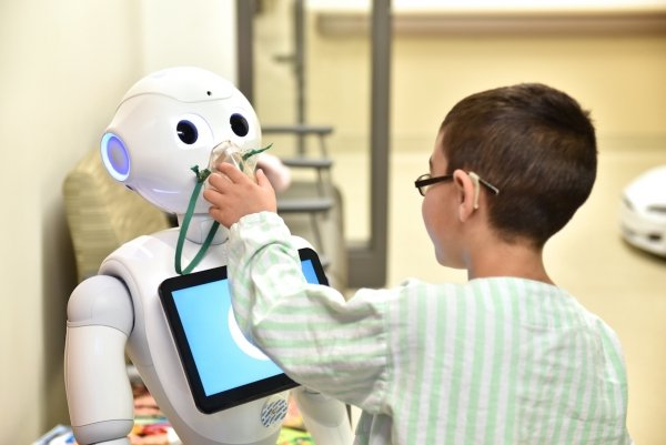Pepper-helper-robot-covid19